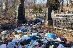 Горы мусора и 'туалеты' в склепах: Байковое кладбище в Киеве превратили в помойку. Фото