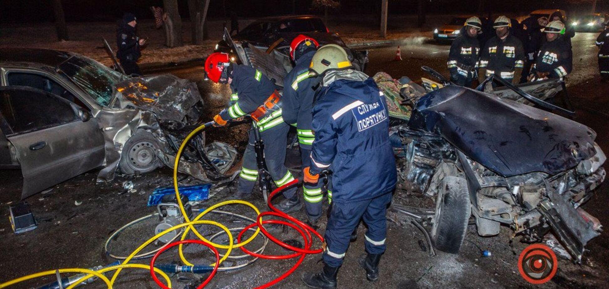 Тіла вирізали із залишків авто: в Дніпрі трапилася страшна лобова ДТП. Фото і відео
