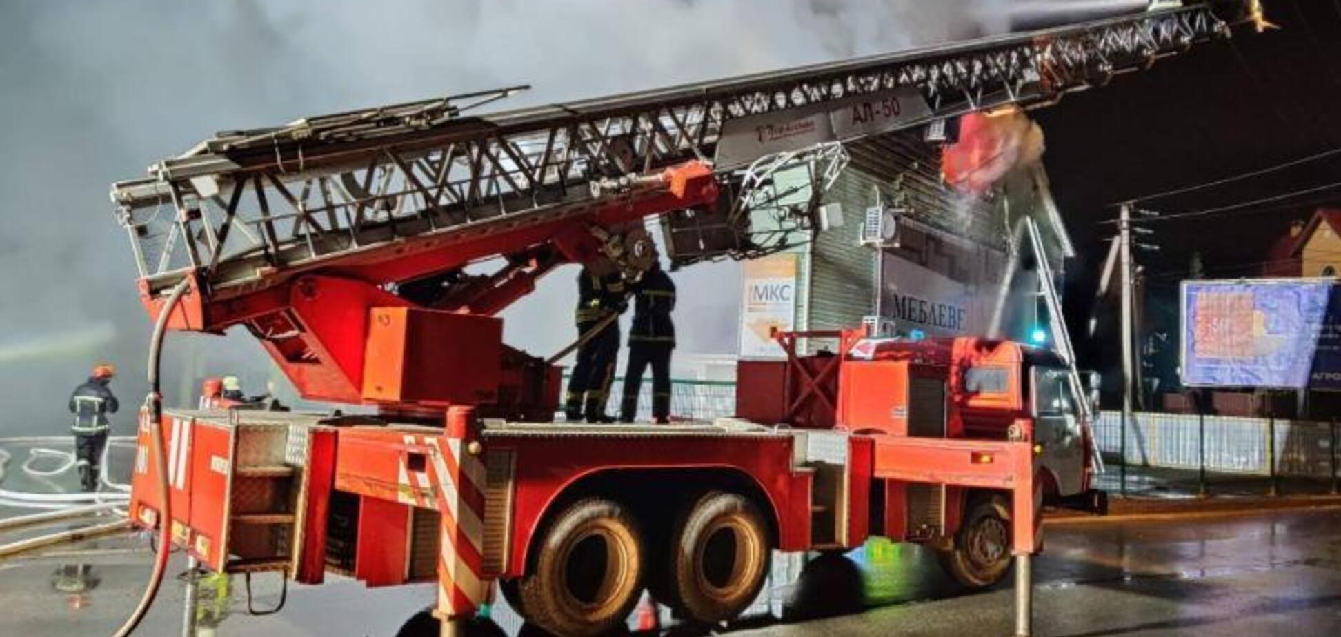 В Киеве вспыхнул масштабный пожар в торговом центре: фото и видео огненного ЧП