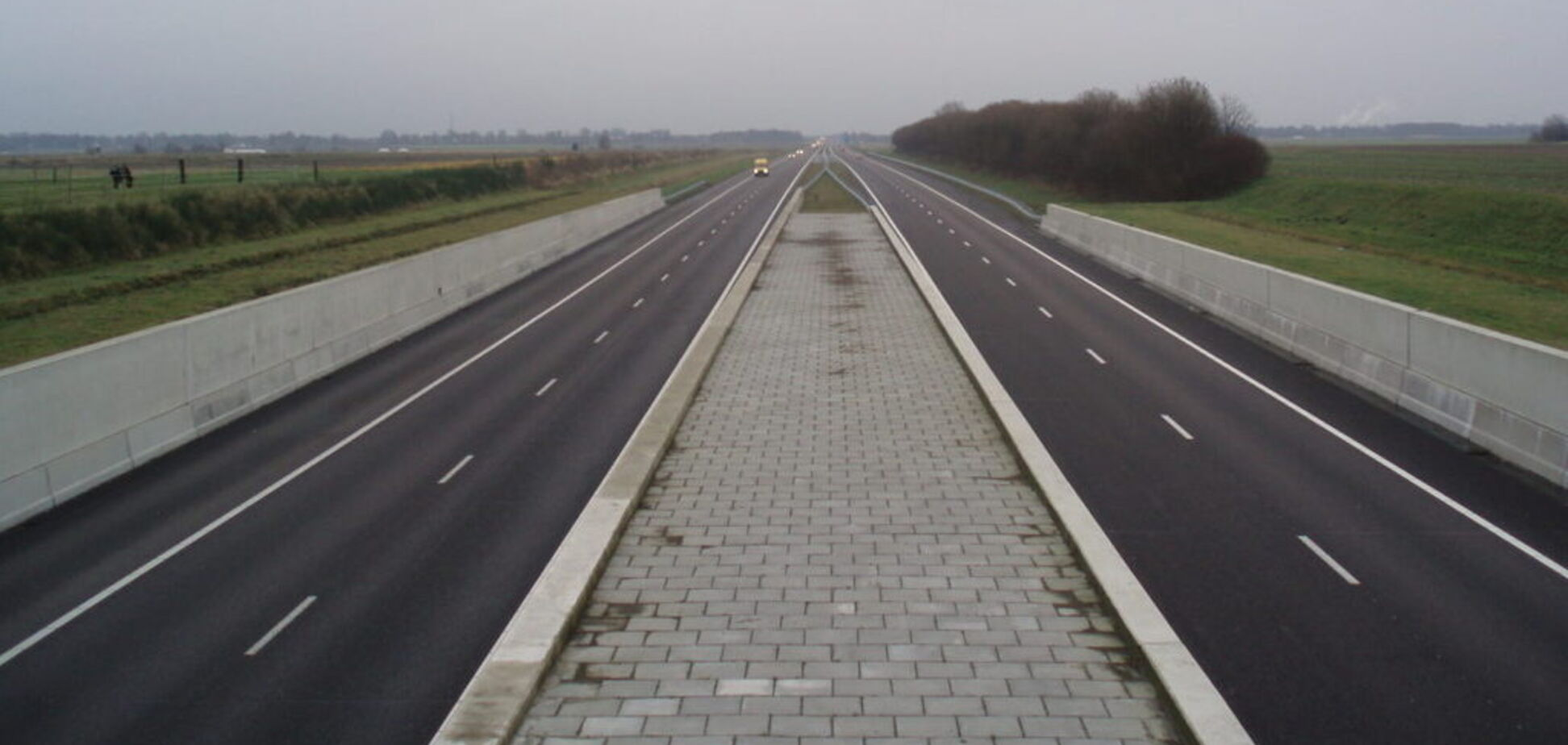 В Європі на дорогах встановлять бар'єри з сонячних панелей: з якою метою