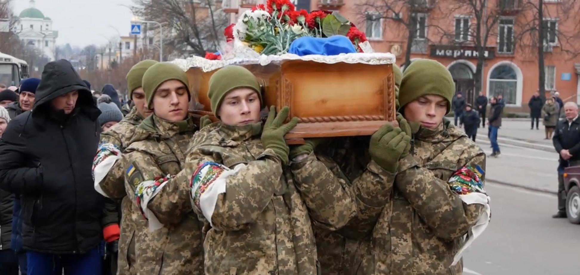 Залишилися дружина і дві дочки: під Києвом попрощалися із загиблим солдатом ЗСУ. Фото і відео