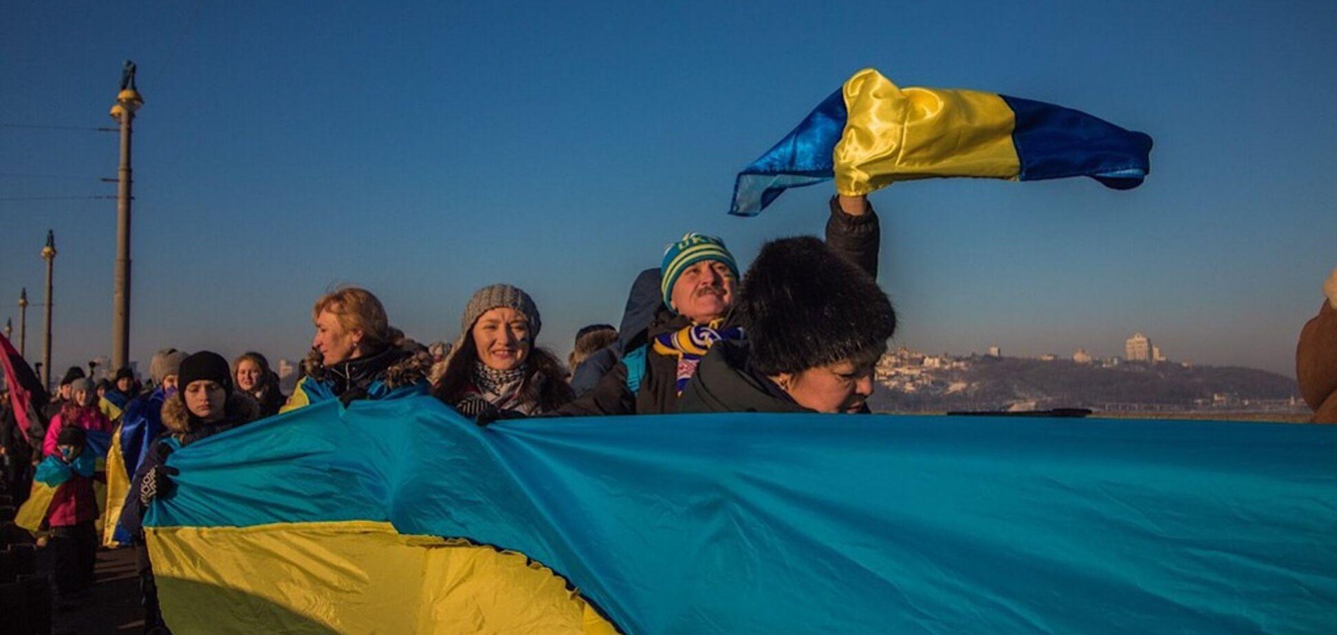 В Киеве на мосту Патона создали 'живую цепь' ко Дню Соборности: видео и фото