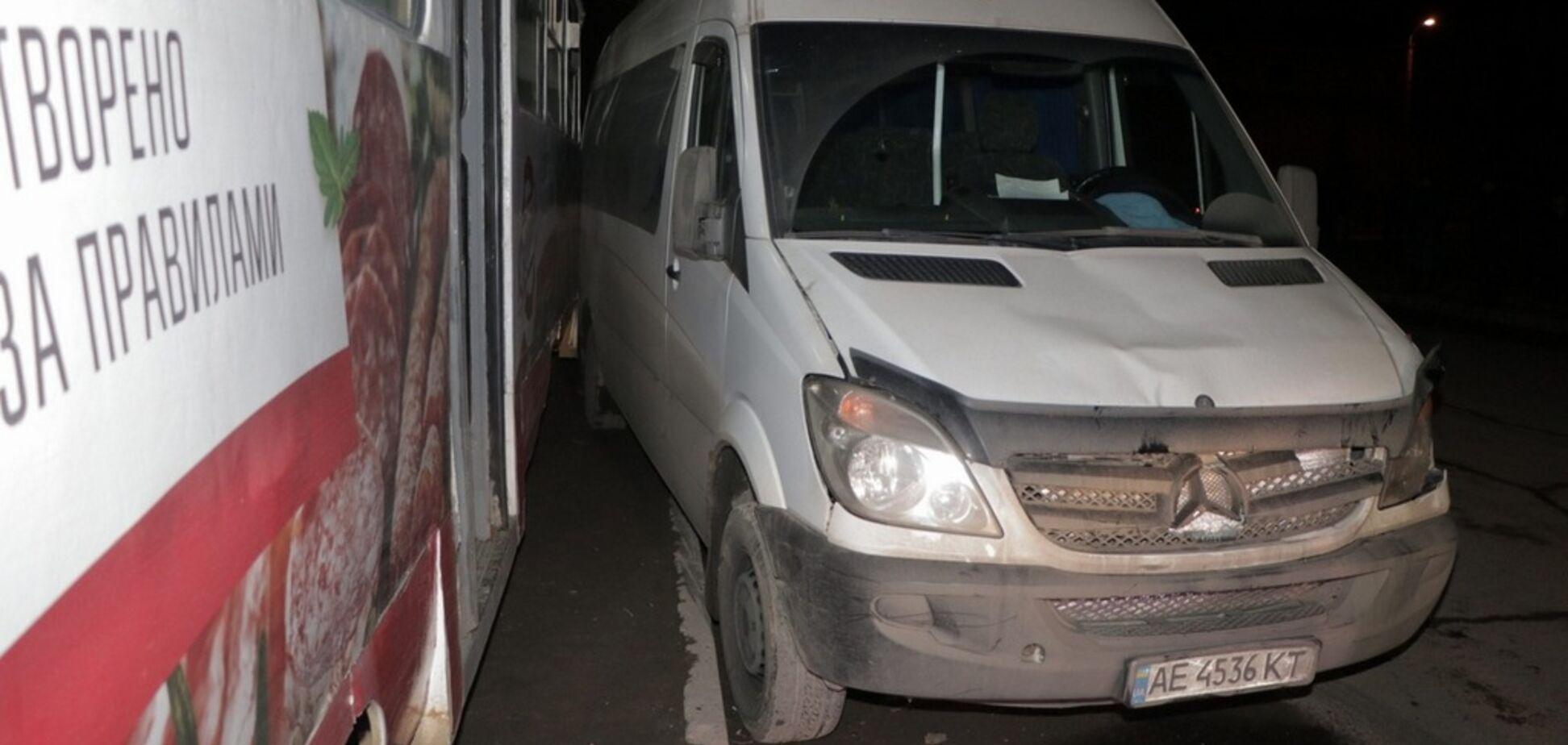 В Днепре микроавтобус въехал в толпу людей: ранены 4 человека. Фото и видео ДТП