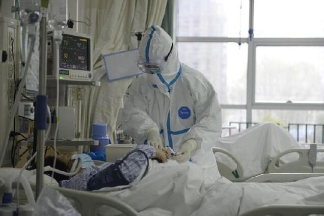Лікарі в центральній лікарні Уханя спілкуються з пацієнтом із коронавірусом