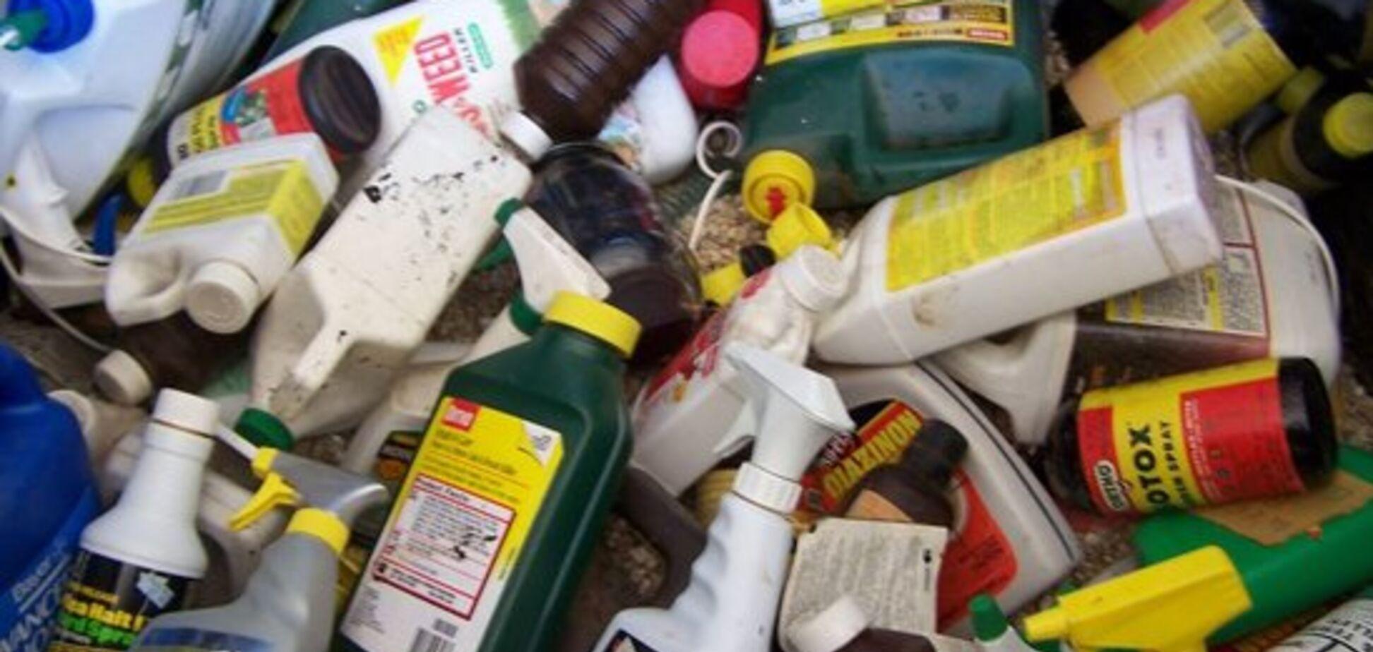 Что нельзя выбрасывать в баки для мусора: озвучен список опасных бытовых отходов