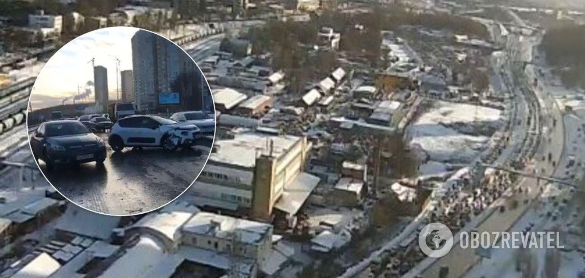 В Киеве из-за гололеда столкнулись пять авто: образовались огромные пробки. Видео