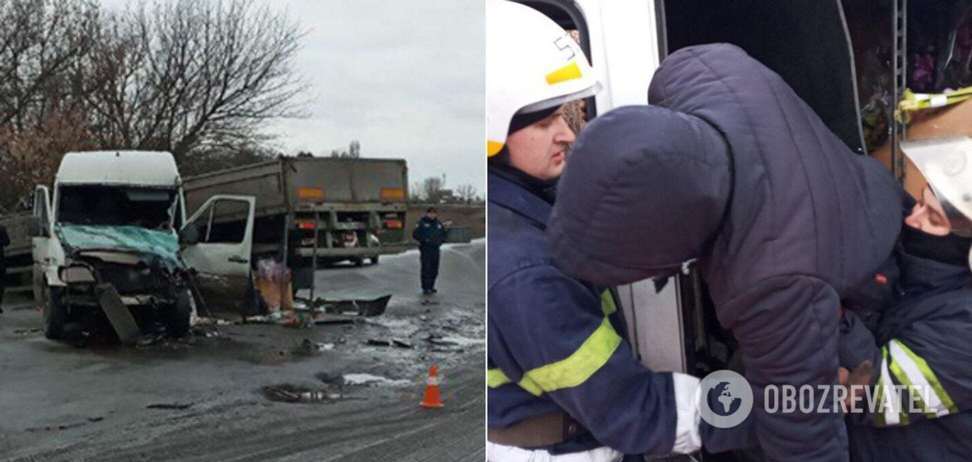 Под Днепром бус протаранил грузовик: водителя вырезали из разбитого авто