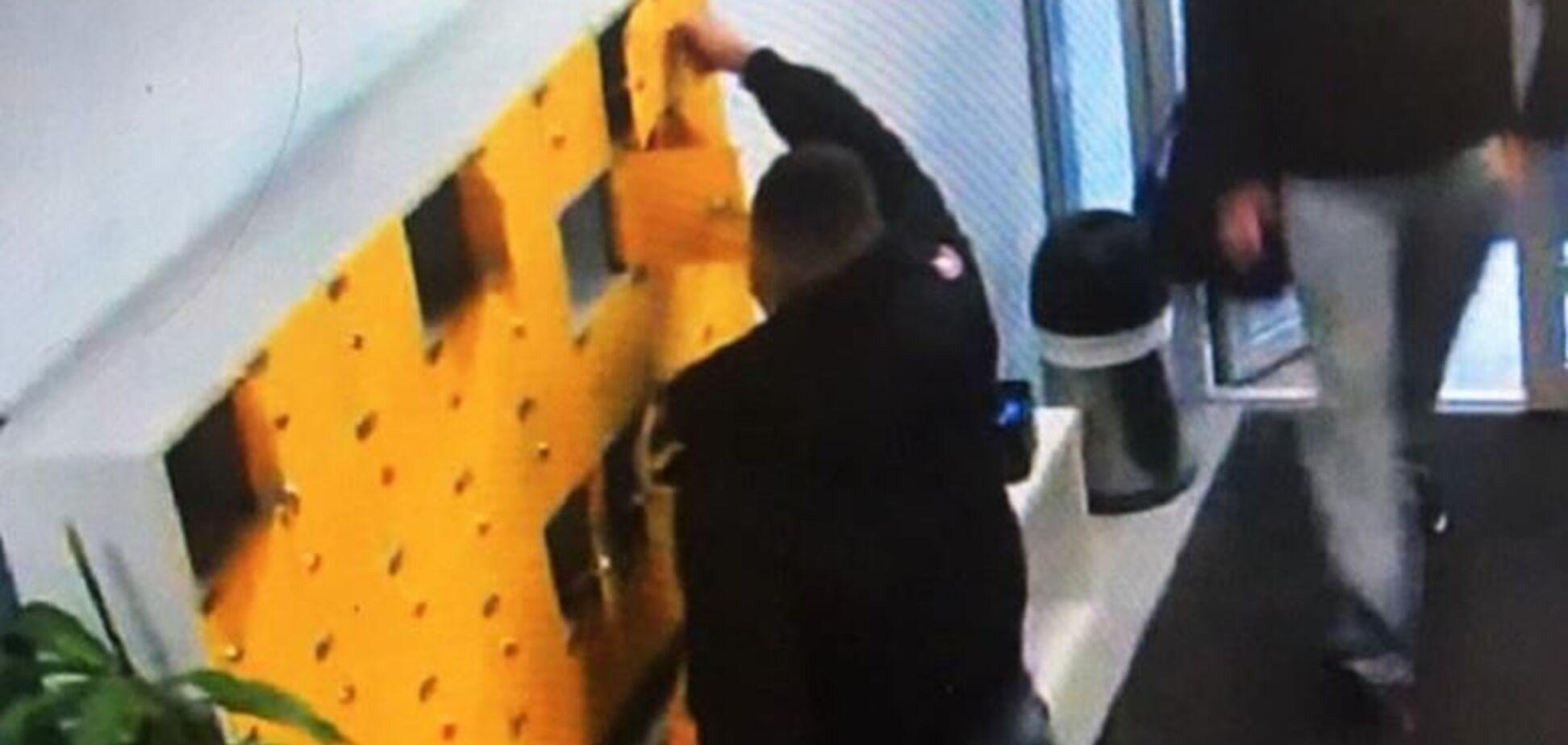 Забирали ноутбуки, телефоны и документы: в Киеве поймали воров, которые 'работали' в спортзалах