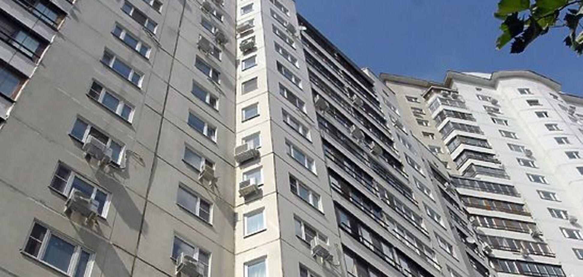 Дівчина дивом вижила після падіння з вікна висотки під Одесою