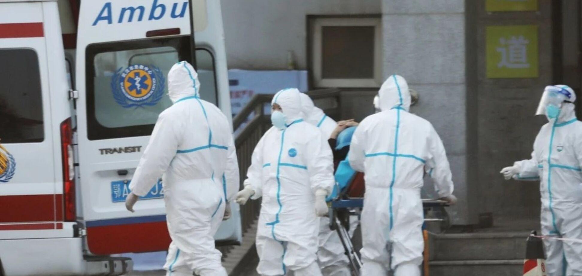 Трясеться, як при судомах: з'явилося страшне відео з хворим на коронавірус у Китаї