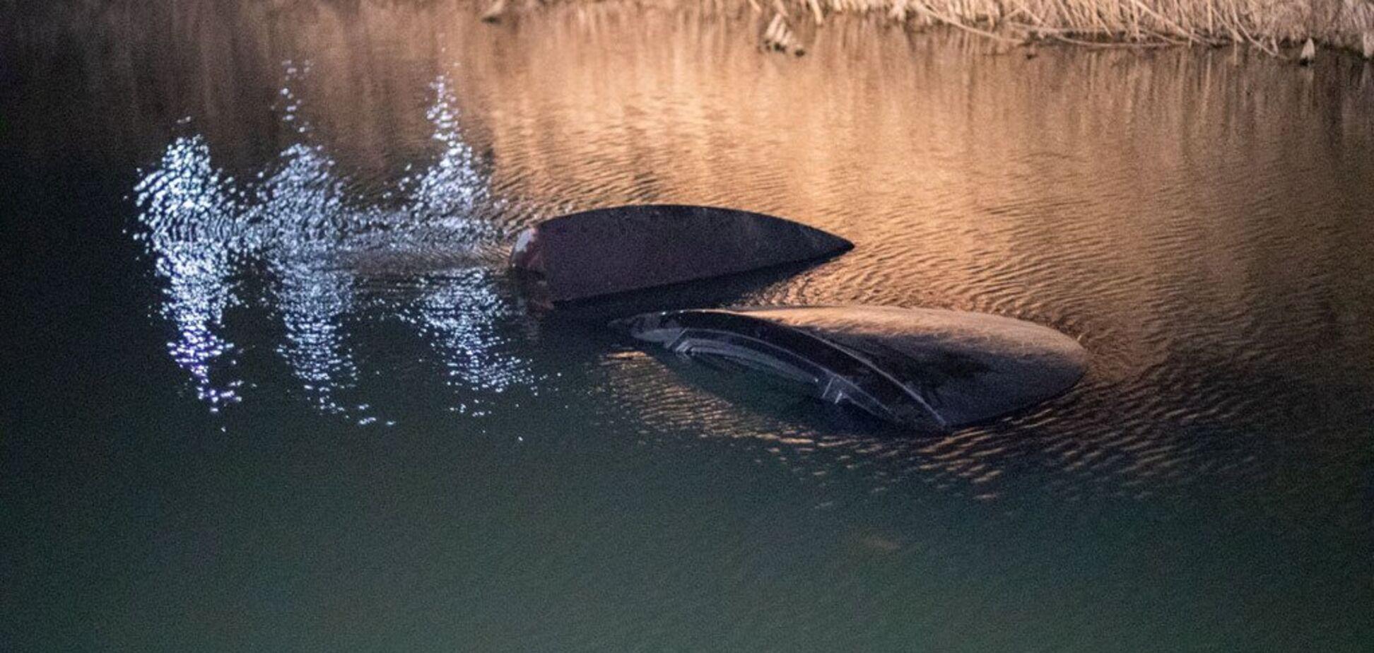 Під Києвом авто з дитиною впало в річку. Фото і відео