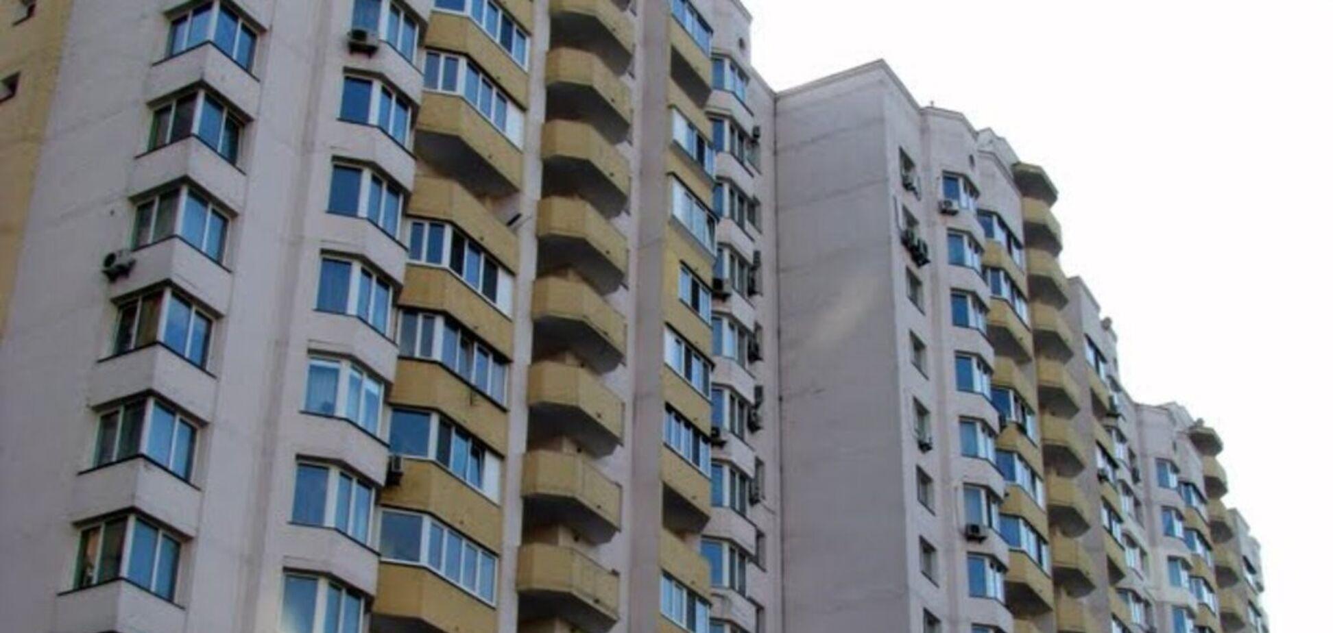 В Киеве из окна 16-этажки выпал мужчина