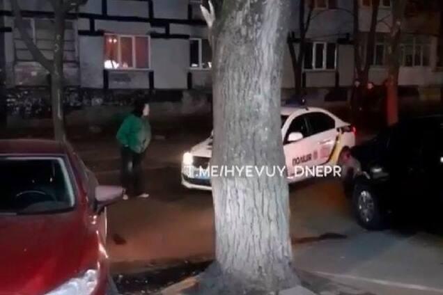 Женщина бросалась по автомобили