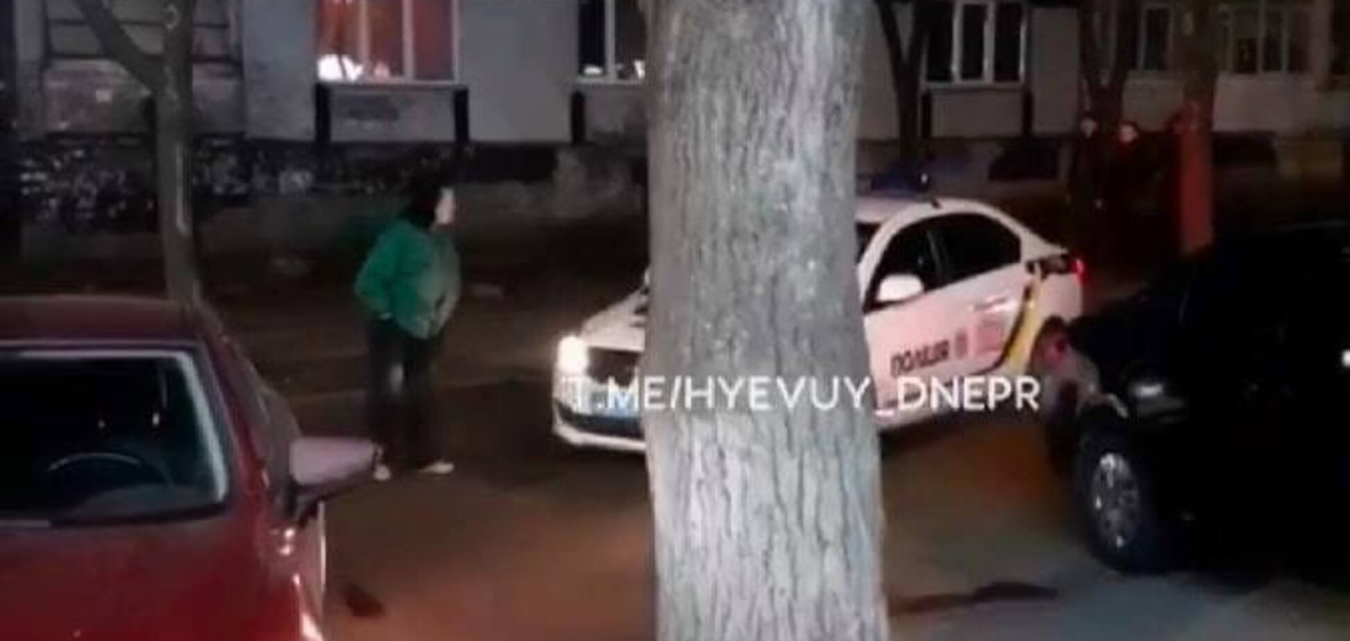 В Днепре женщина бросалась под автомобиль полиции и просила, чтобы ее забрали. Видео