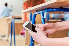 В школах запропонували заборонити телефони: українці обурені