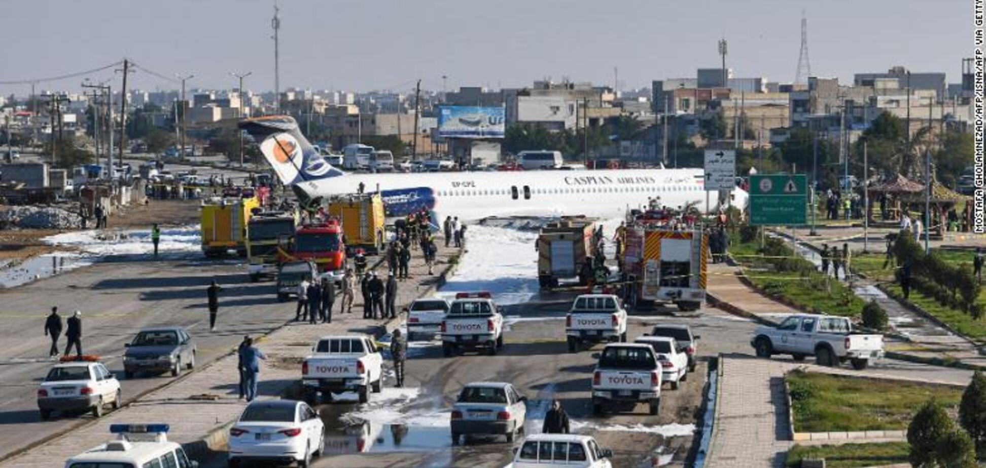 Екстрено сів посеред вулиці: в Ірані трапилася нова НП з пасажирським літаком. Відео