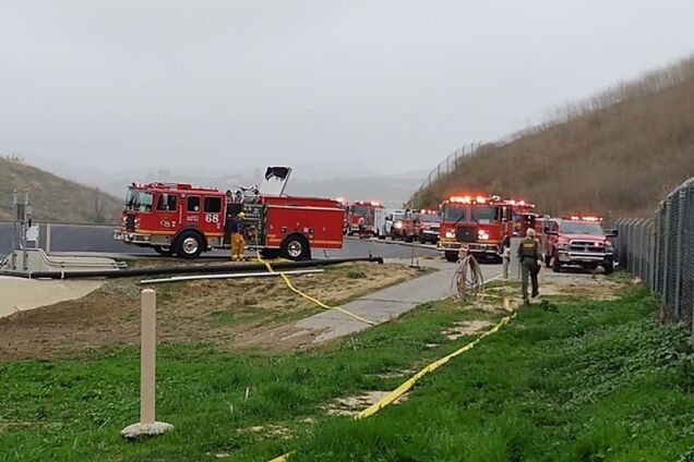 Пожежні машини на місці катастрофи вертольота, в якому загинув Кобі Браянт