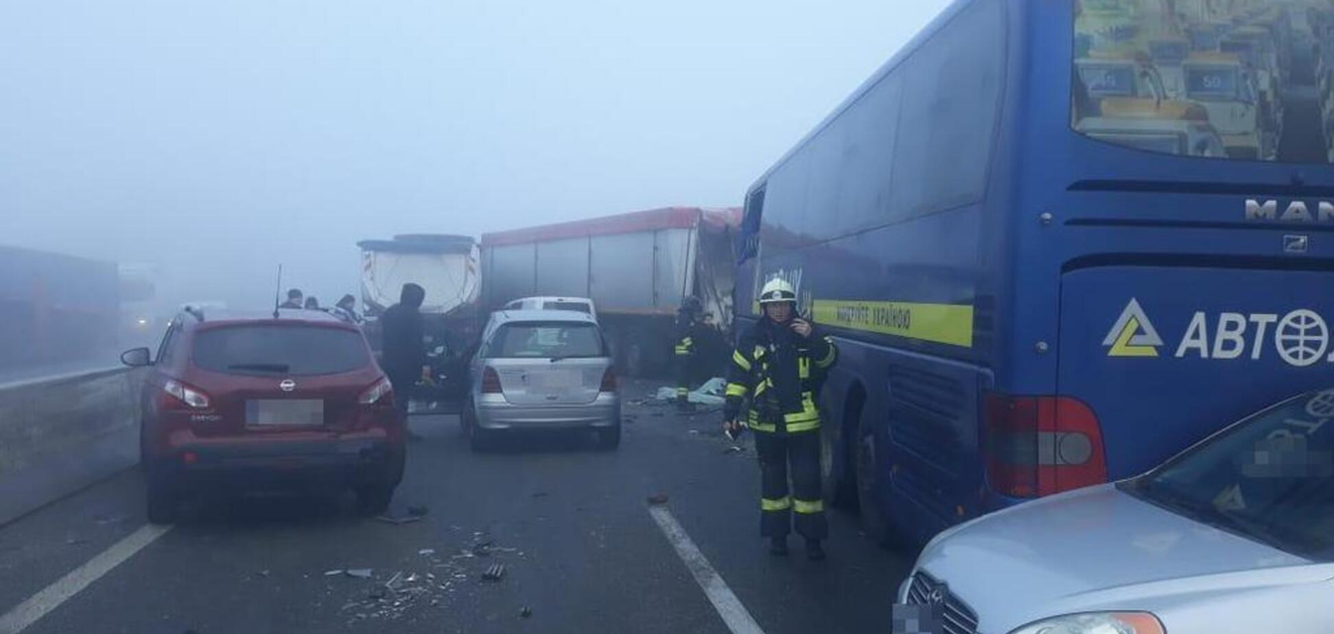 Автобус із людьми та кілька авто потрапили у смертельну ДТП на Одещині