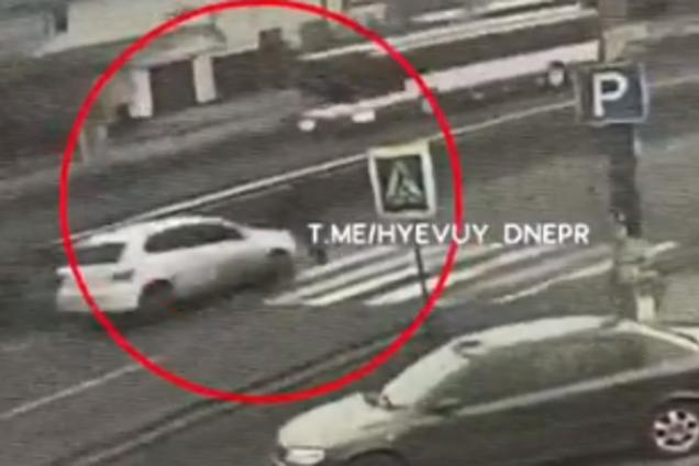 """Под Днепром автомобиль сбил маму с ребенком на """"зебре"""""""