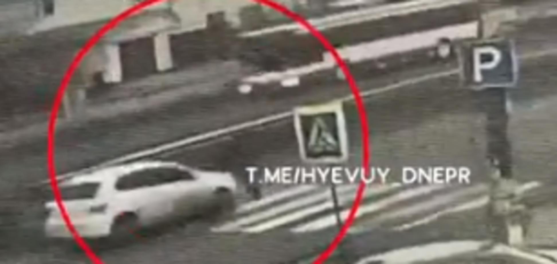 Збив маму з дитиною на 'зебрі': з'явилося відео страшної ДТП під Дніпром