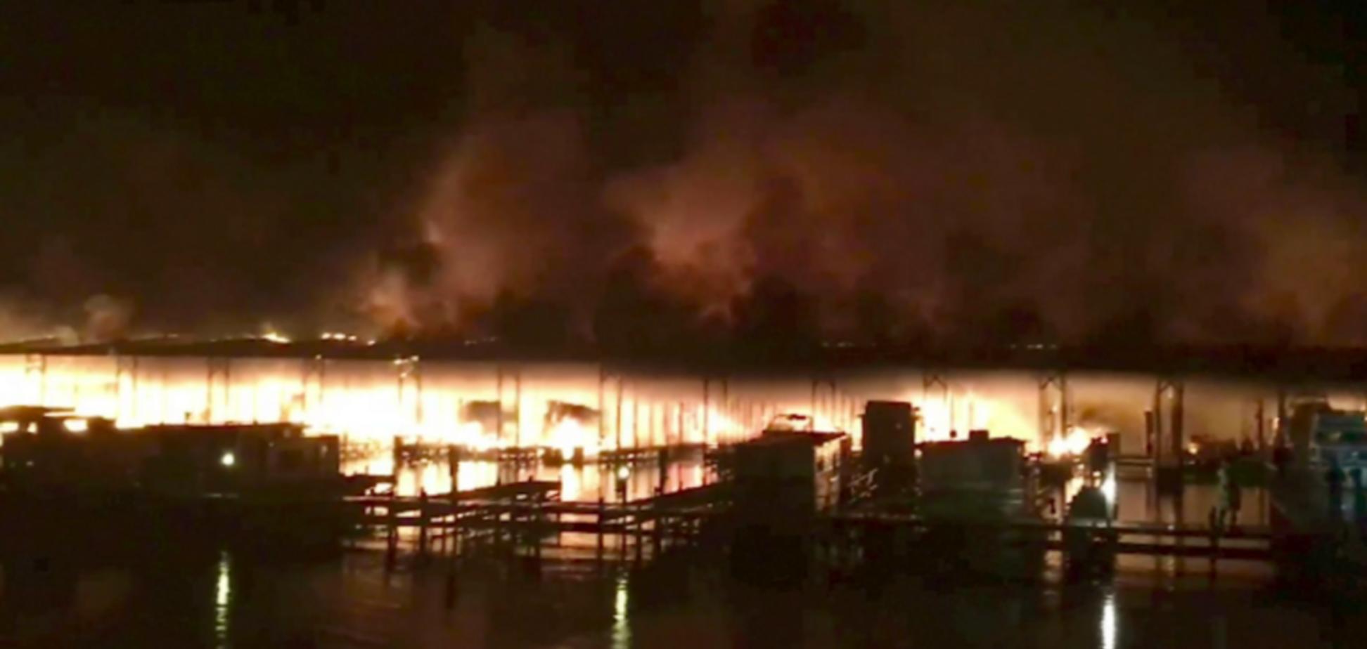 У США масштабна пожежа знищила десятки пришвартованих човнів: у вогні загинули 8 осіб