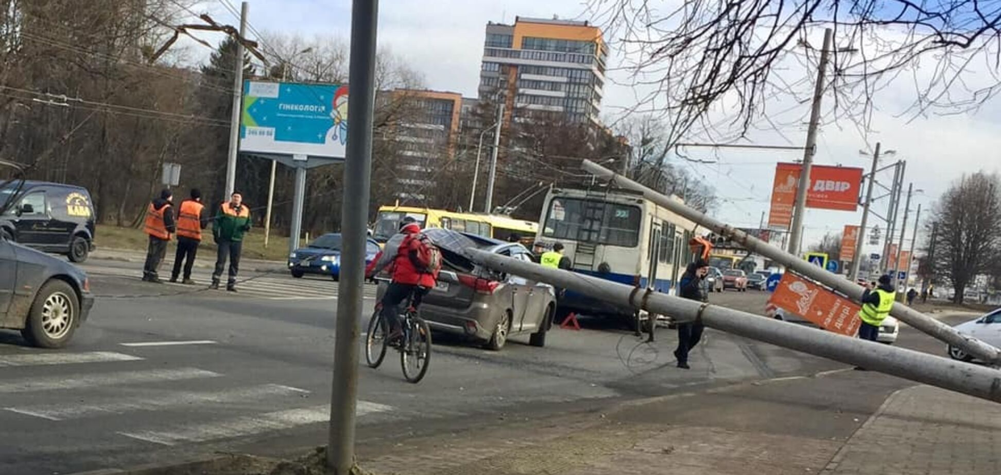 Во Львове электроопора 'раздавила' легковушку и троллейбус с людьми: фото и видео с места ЧП
