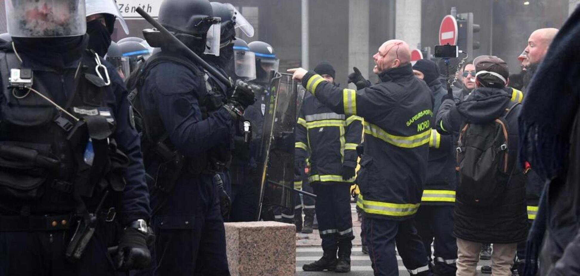 Во Франции пожарные устроили массовую драку с полицией из-за денег: фото и видео протестов