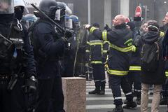 У Франції пожежники влаштували масову бійку з поліцією через гроші: фото і відео протестів