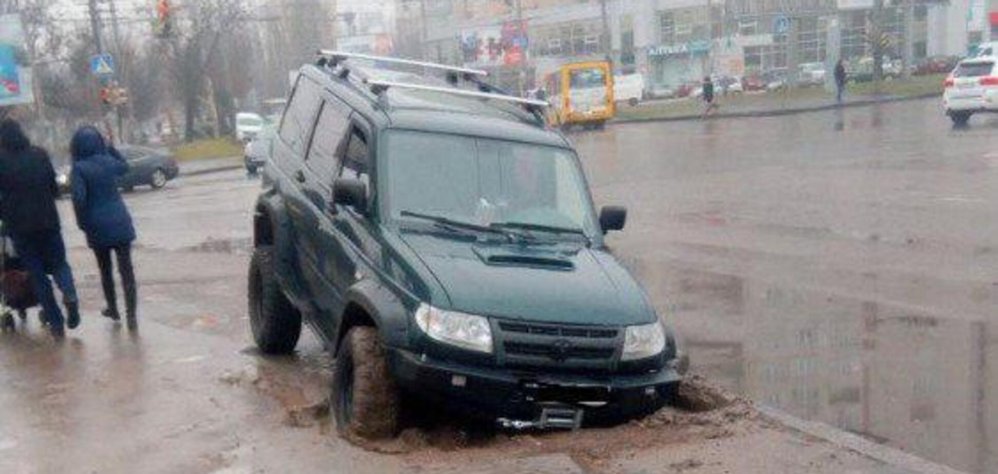 Авто ушло под землю: в Одессе автохам поплатился за парковку