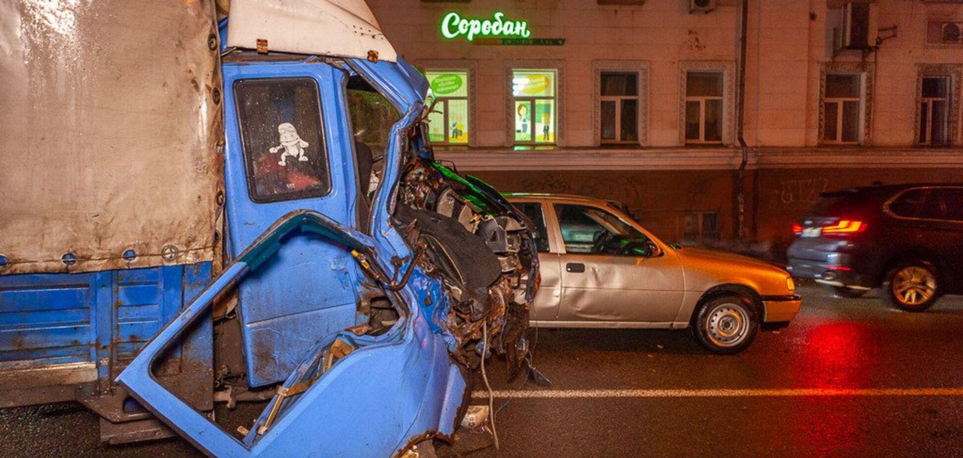 Отказали тормоза: в центре Днепра произошло жуткое ДТП с грузовиком. Фото