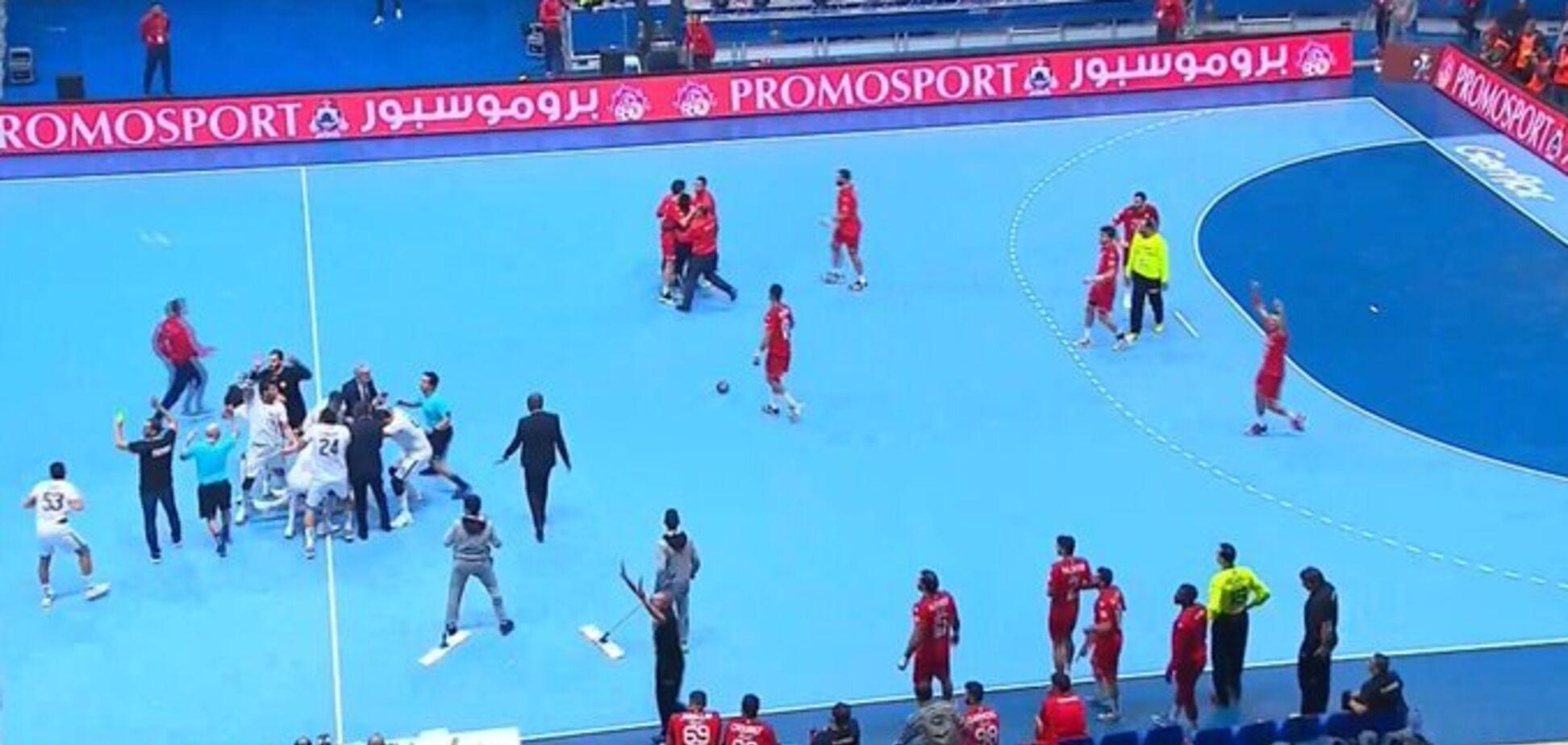 Спасались бегством: фанаты напали на гандболистов в финале битвы за Олимпиаду-2020 и сорвали матч