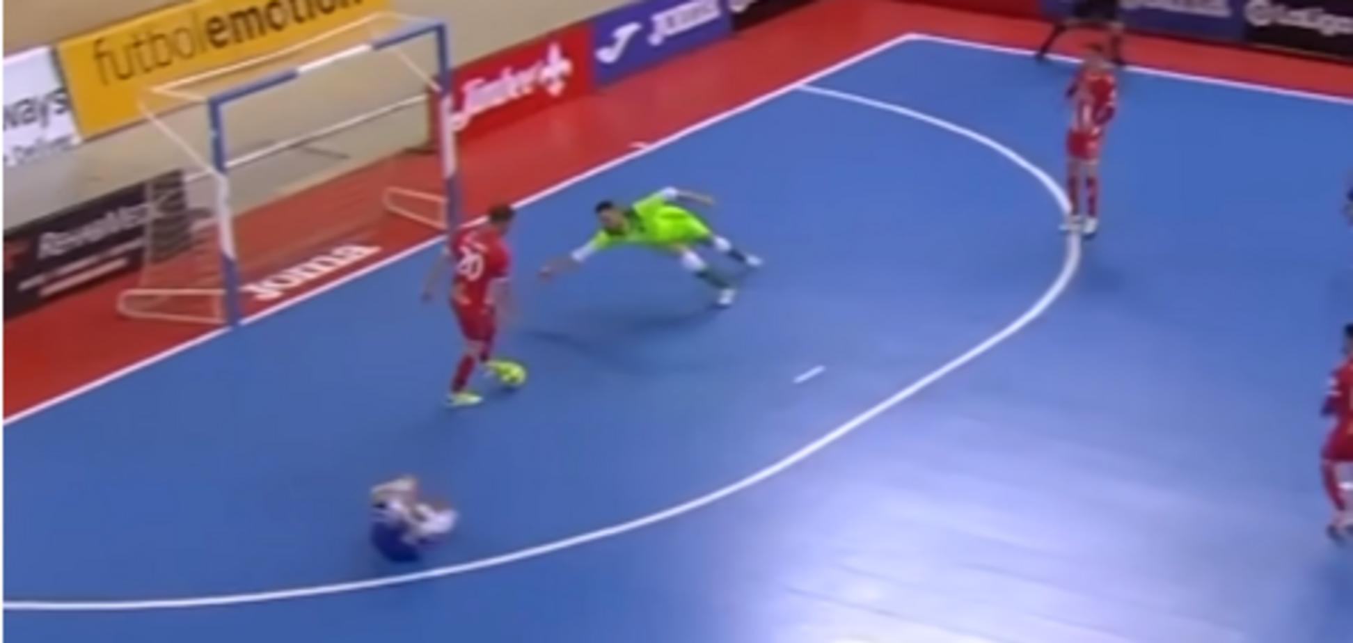 Корчился от боли: игрок отказался забивать гол в пустые ворота - видеофакт