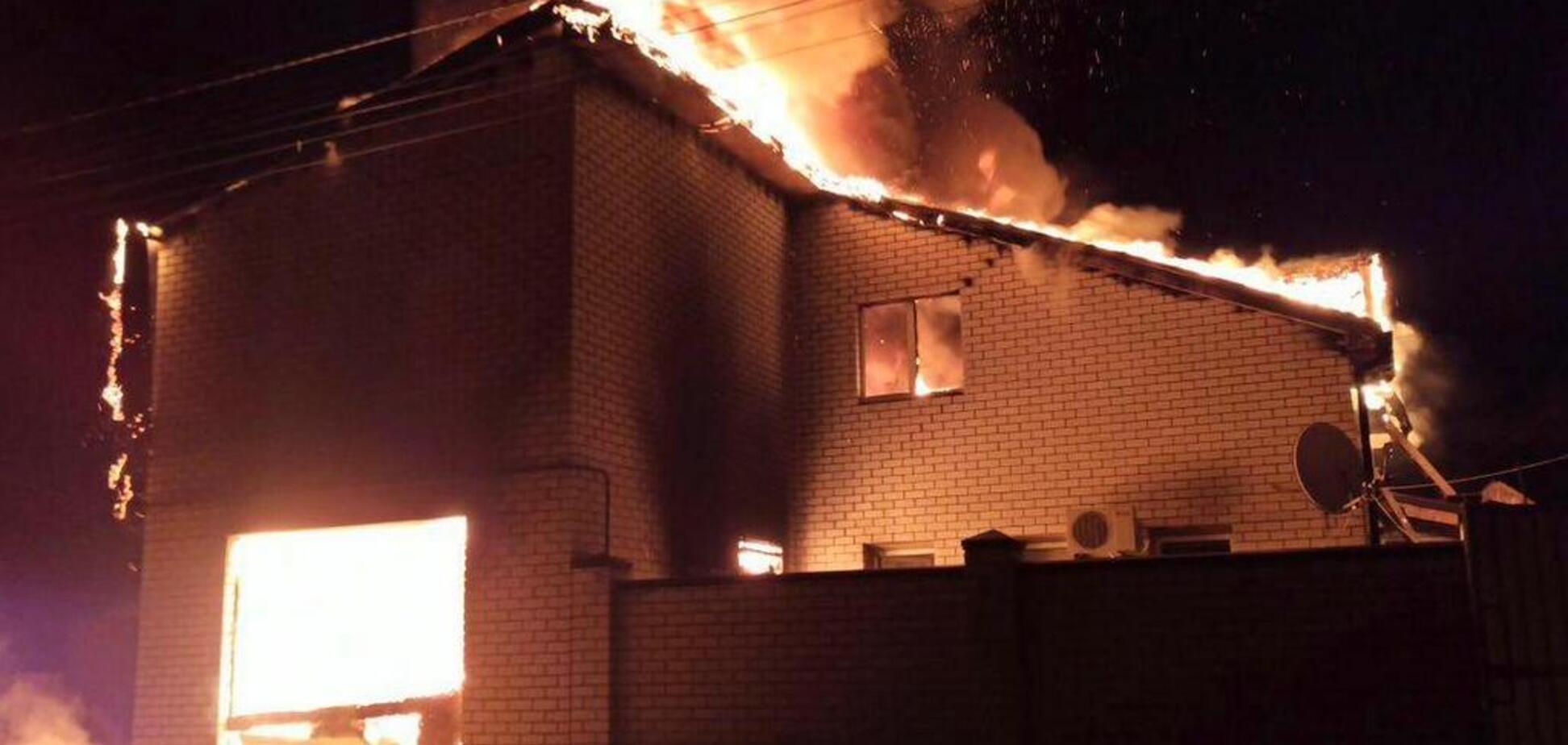 В Днепре масштабный пожар уничтожил целый дом: огненные фото и видео