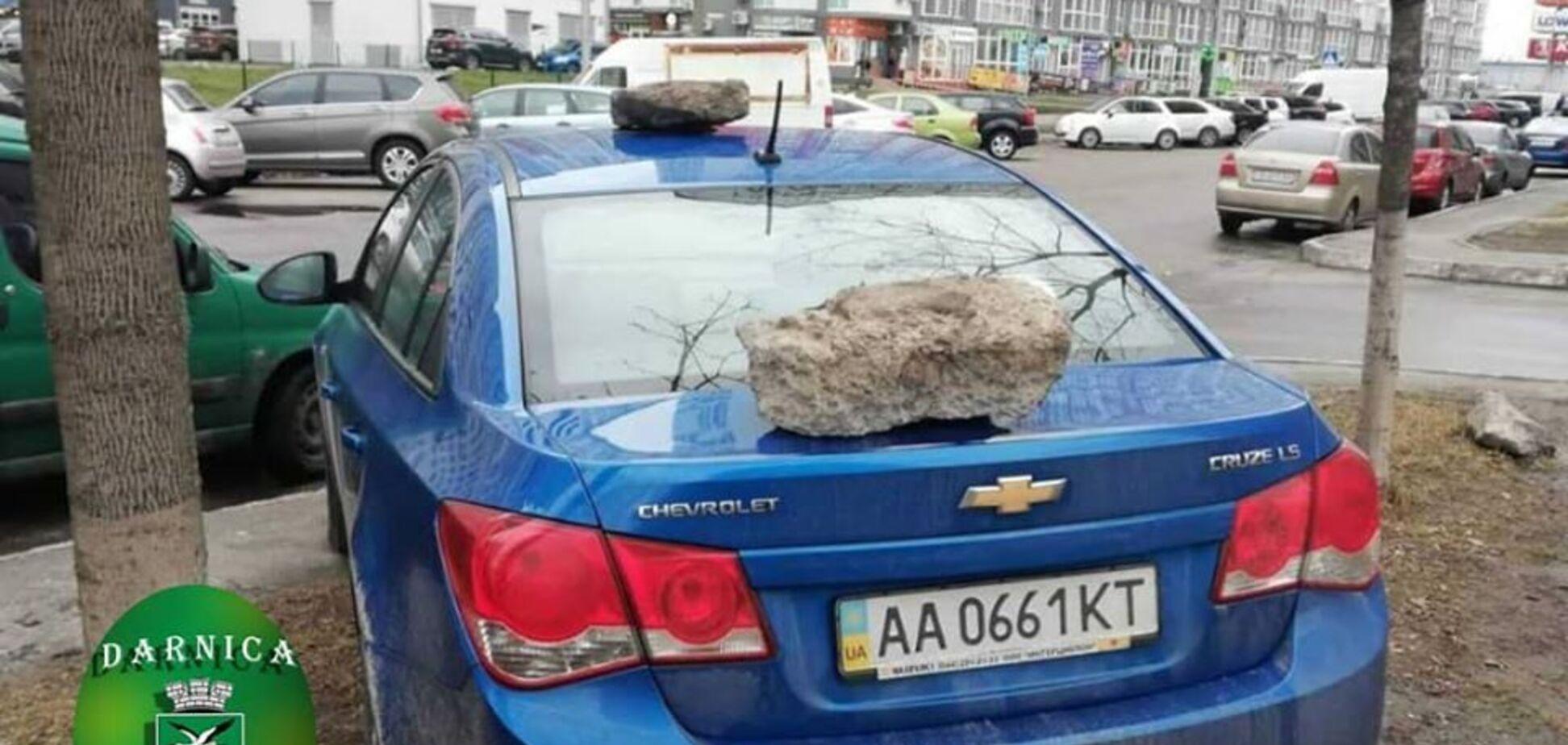 Тройное послание на кузове: в Киеве жёстко наказали героя парковки