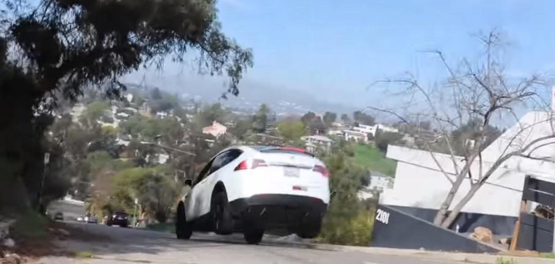 Політ Tesla: у мережі набирає популярність відео зі стрибком Model X