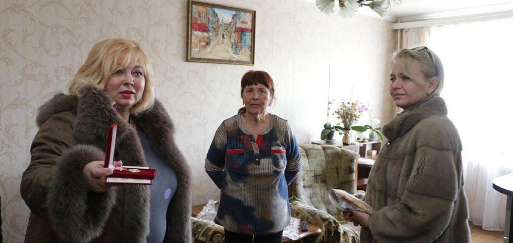 Прийшли в шубах і подарували батон: мережу шокував цинічний вчинок із пенсіонерами в Криму