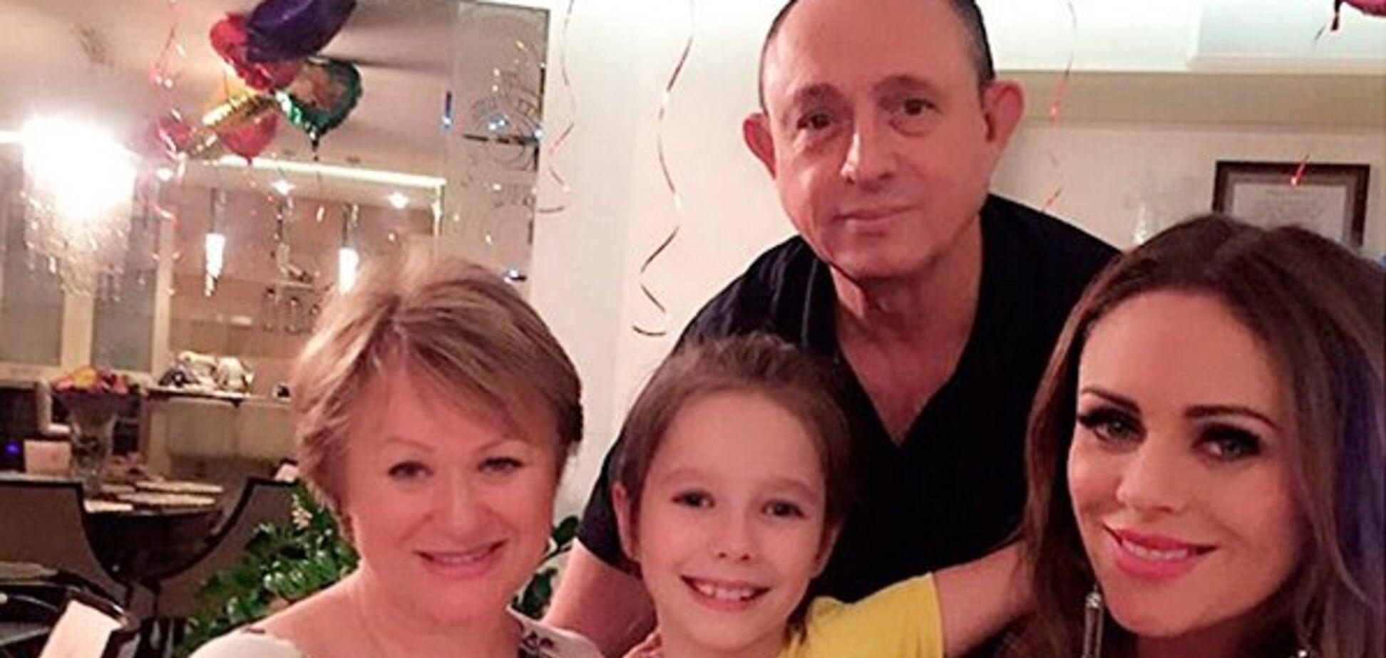 Поседевшая мама и грустные глаза дочери: как живет семья Началовой после ее смерти