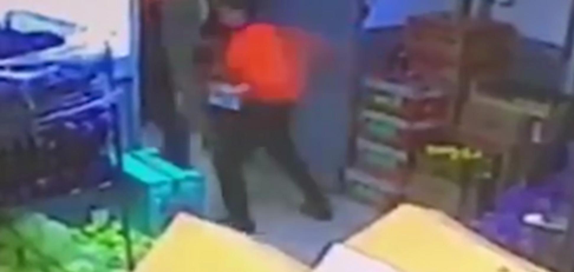 В Москве кассир одним ударом убил клиента за банку кофе: видеофакт