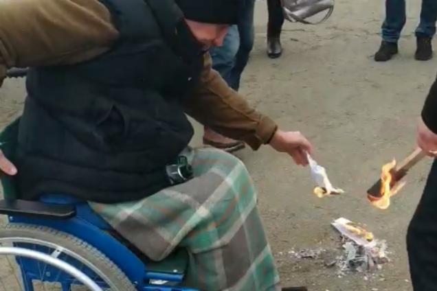 На Житомирщині люди демонстративно спалили платіжки за газ