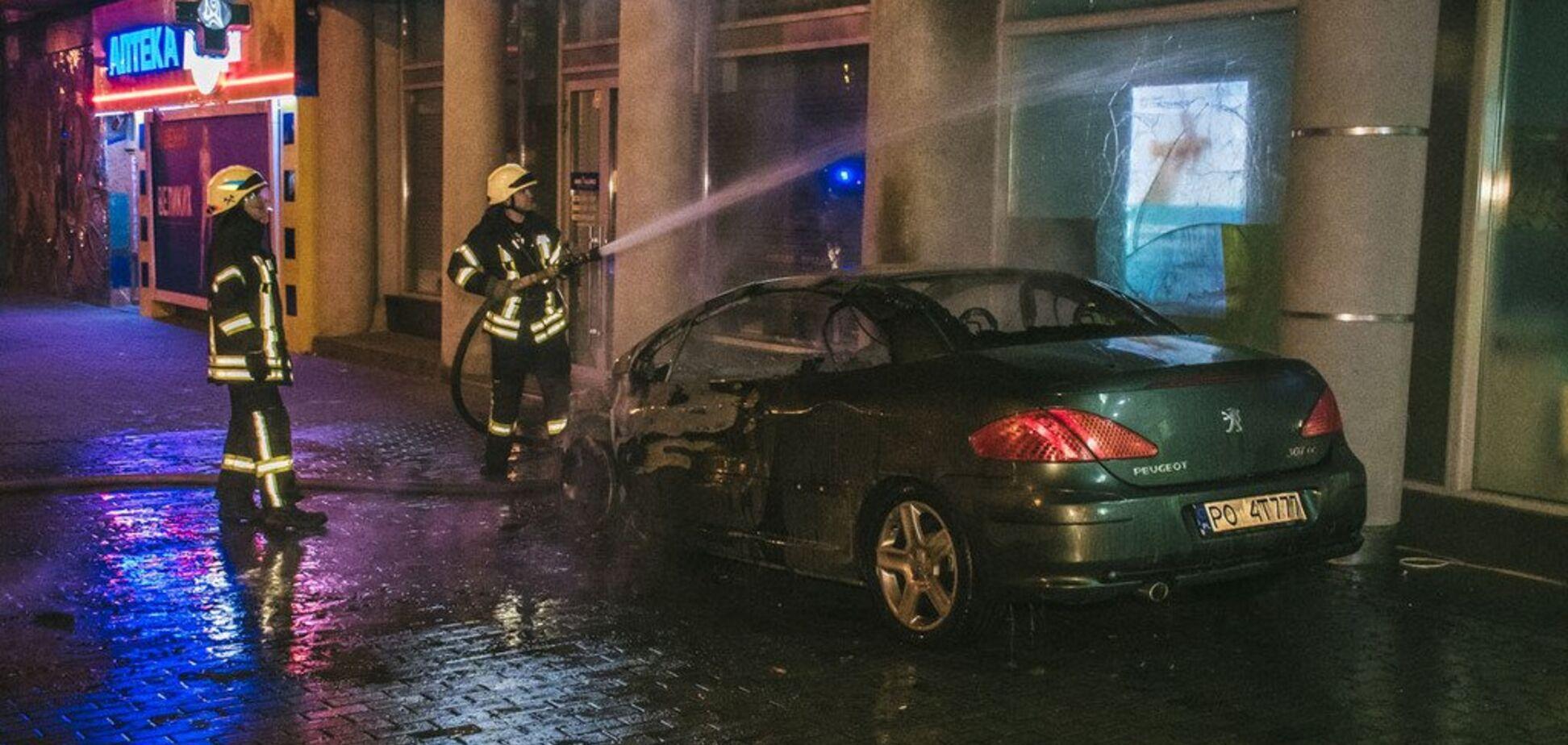 В центре Киева посреди ночи загорелось авто