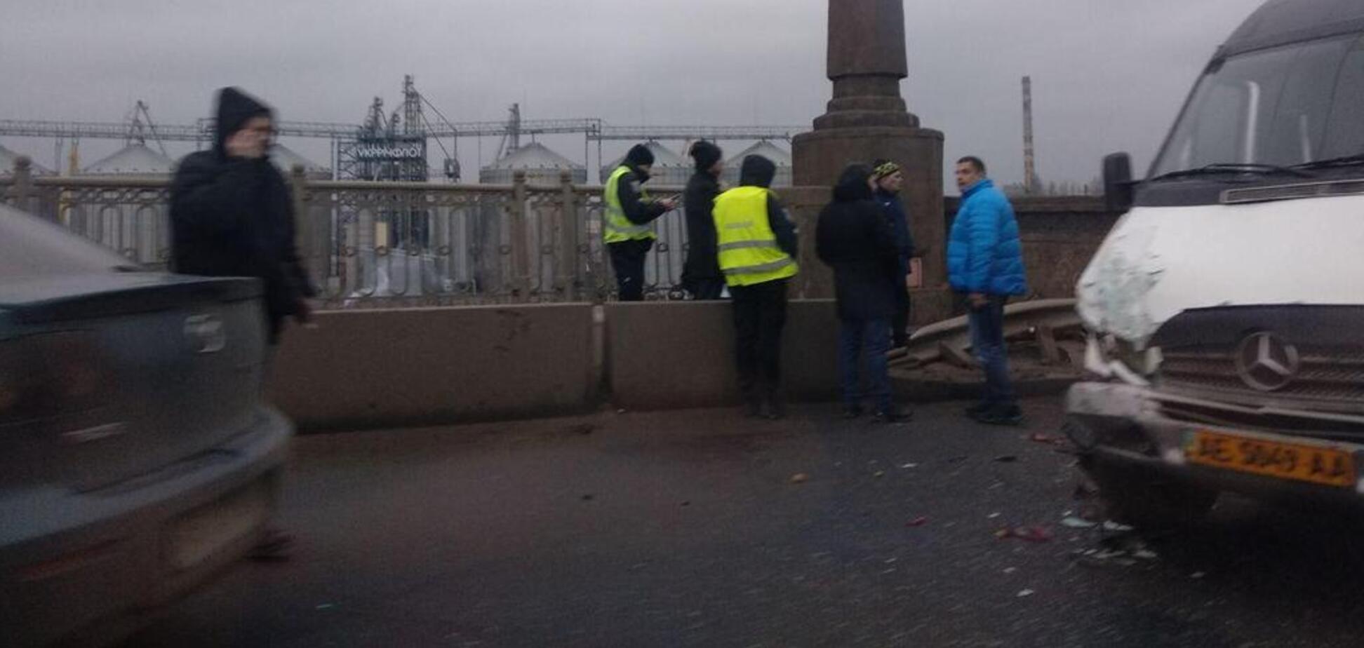 В Днепре на Старом мосту столкнулись Renault и Mercedes Sprinter: двое пострадавших. Видео