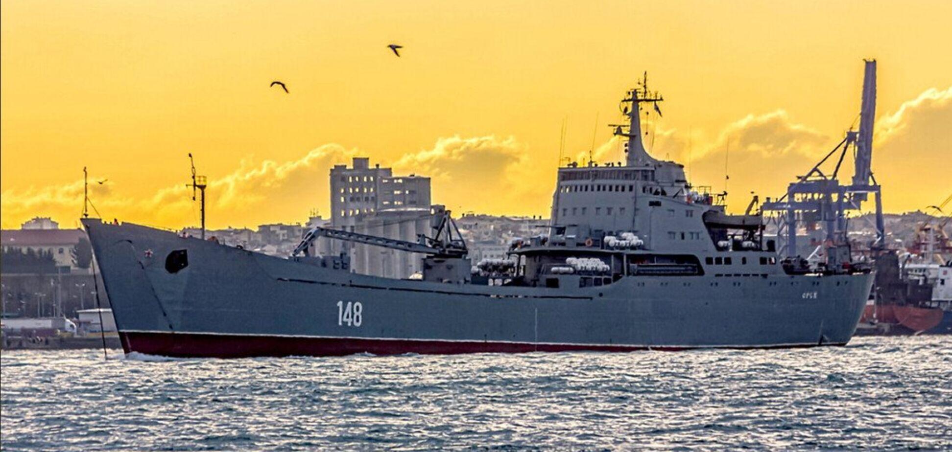 Десантный корабль РФ на буксире притащили вЧерное море