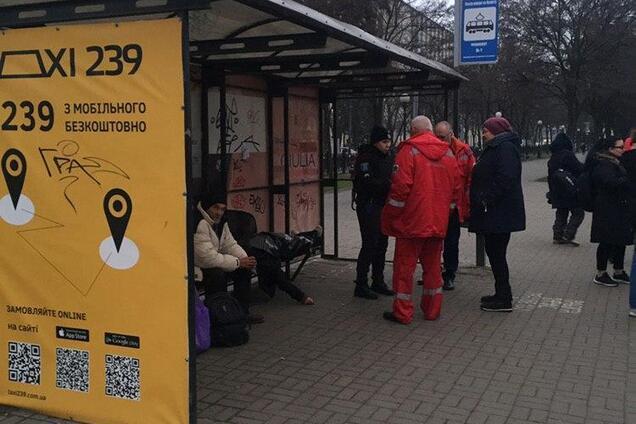 На трамвайной остановке умерла женщина