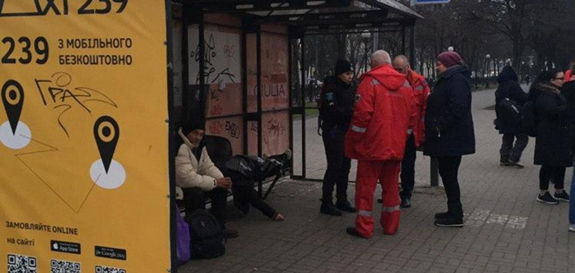В Днепре в трамвае внезапно умерла женщина: фото с места
