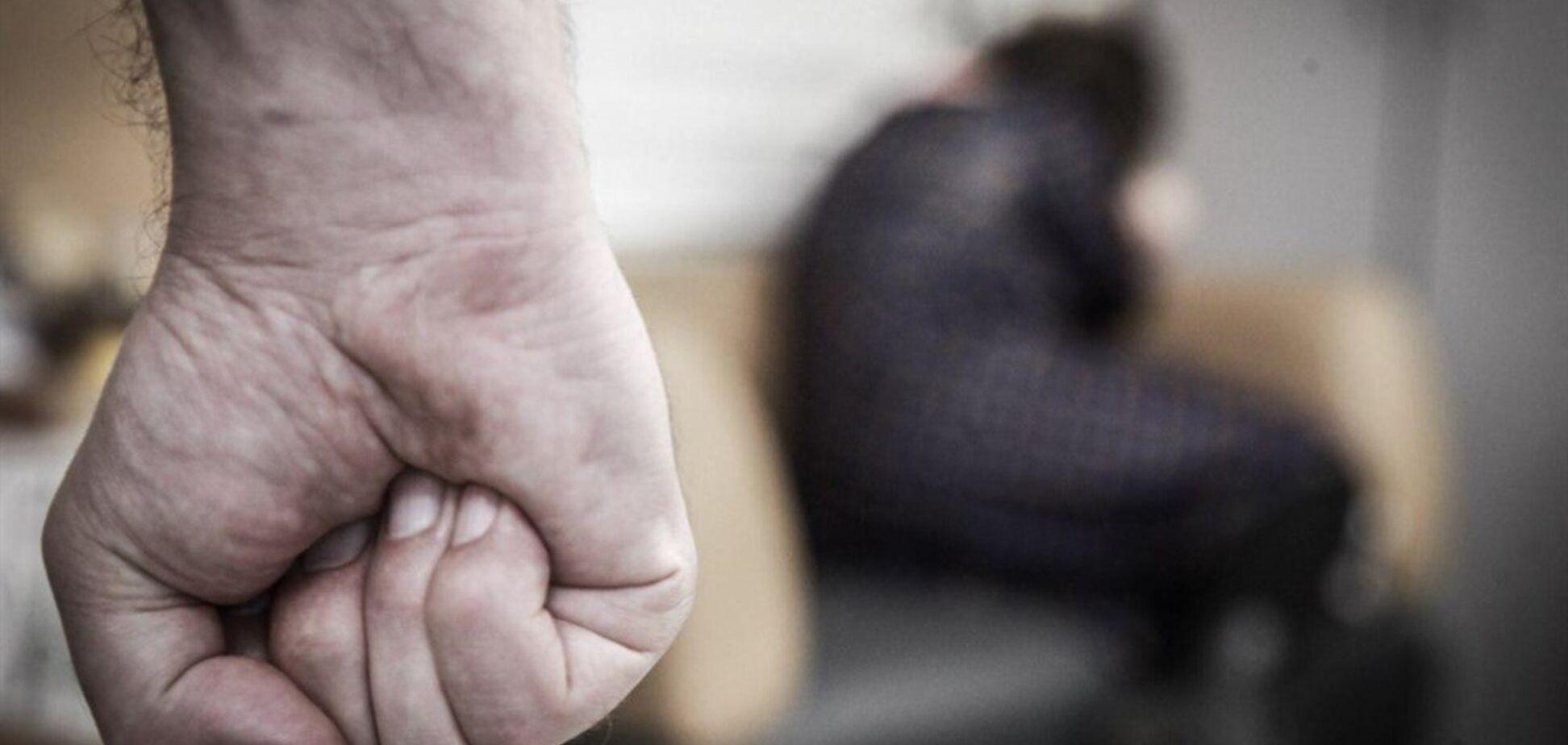 Знущається над мамою, а поліція мовчить: в Нікополі забили на сполох через чоловіка-ката