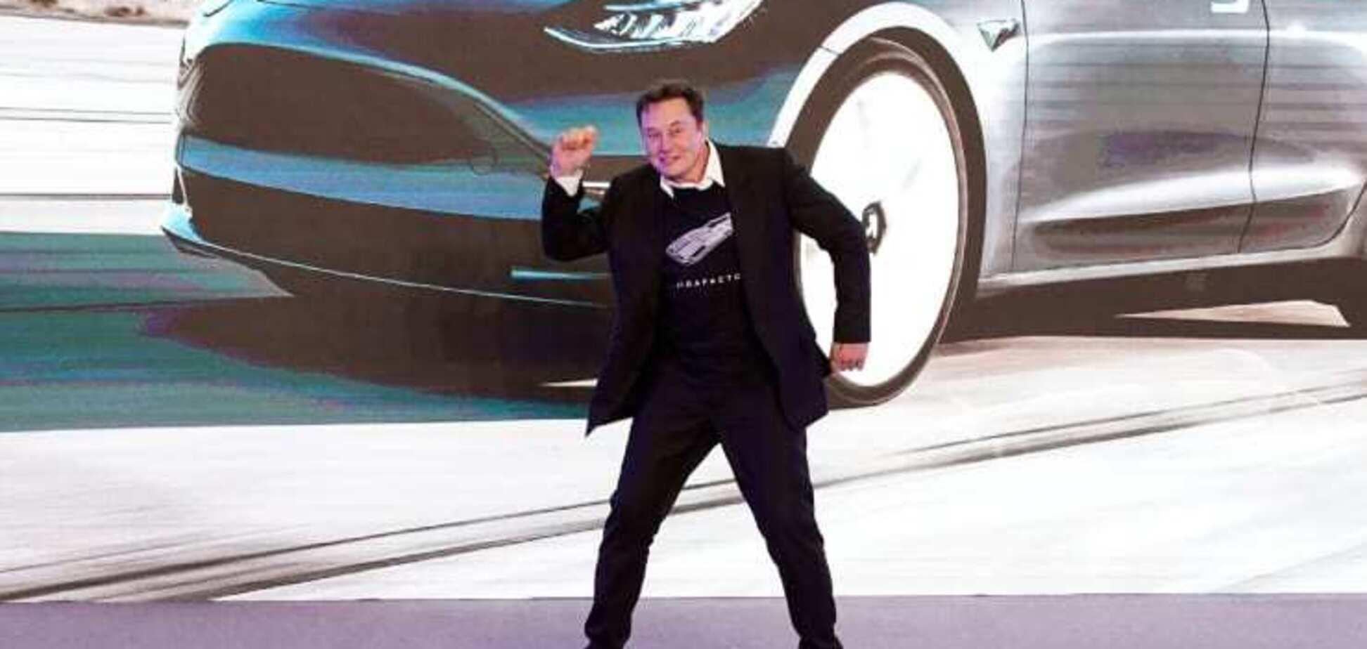 'Немов ніхто не бачить': Ілон Маск станцював на презентації електромобілів Tesla у Китаї. Відео