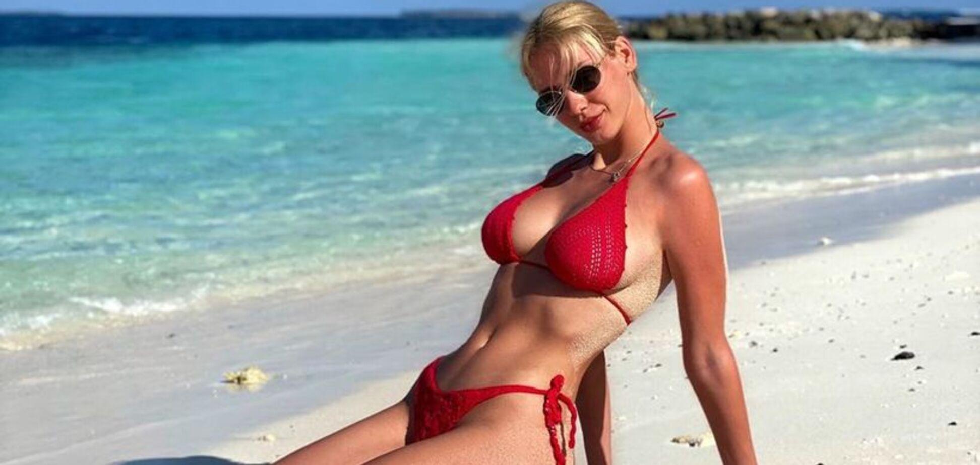 Невеста игрока 'Шахтера' разделась на пляже, поразив размерами бюста