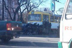 В Одессе пассажиры 'завели с толкача' заглохший трамвай