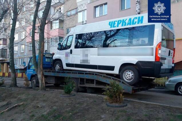 Микроавтобус, которым управлял пьяный водитель, эвакуировали
