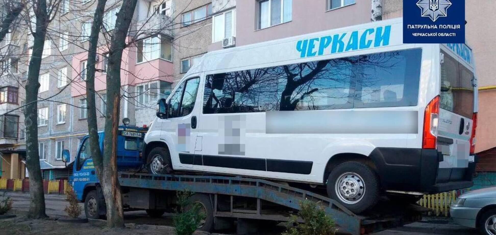 Не проездило даже месяц: в Черкассах новое 'Инватакси' попало аварию из-за пьяного водителя. Фото